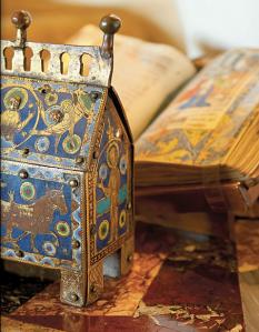 """Reliquiari amb esmalts de llemotges, ca. 1200. Llibre d'hores, França, ca. 1500. Col. Alorda-Derksen. Catàleg """"Living with art..."""", Christie's, Londres."""