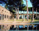 El País_Un claustro románico en la piscina